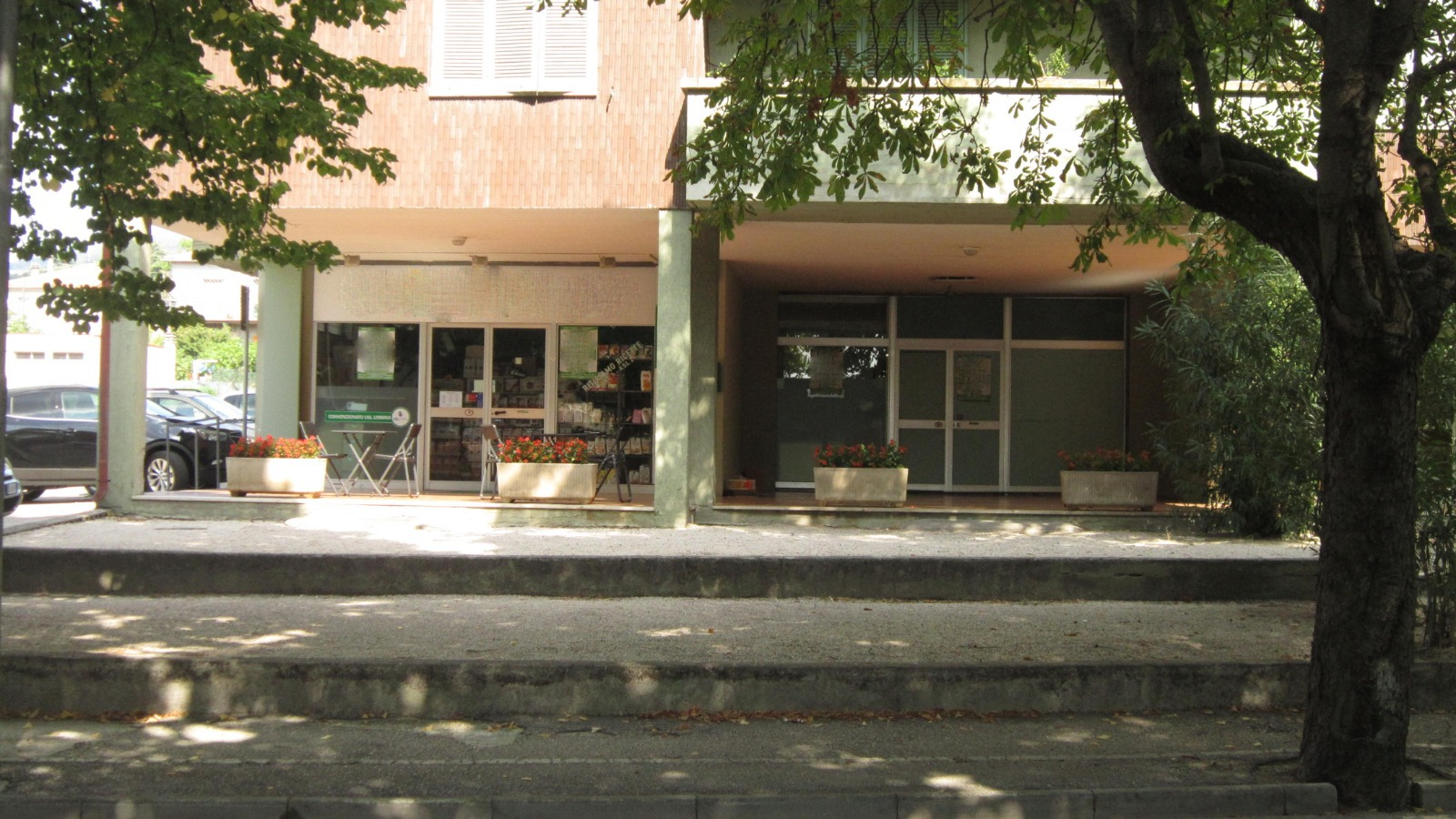 locale commerciale 80 mq con spazio esterno