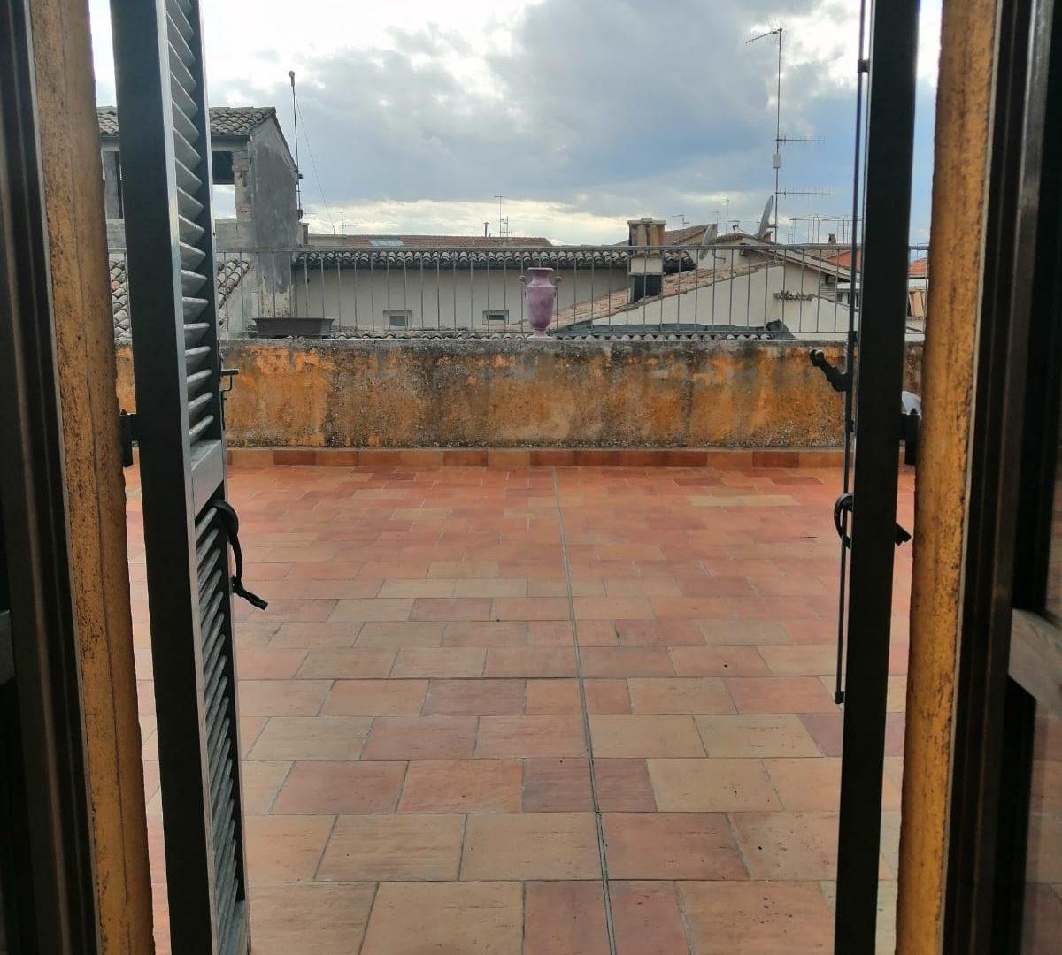 trilocale arredato con terrazza panoramica centro storico